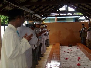 Peziarah yang berdoa di Makam Syaikh Syamsuddin Sumatrani