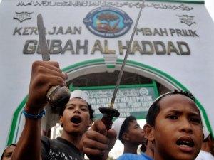 Para santri yang siap mencegah penggusuran makam Mbah Priok